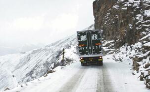 翻越川藏线'魔鬼路段' 雪山信使28年的孤独与坚守