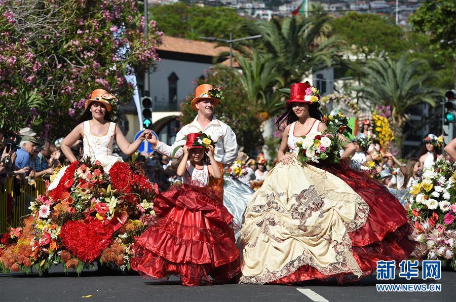 实拍葡萄牙鲜花节里的花车巡游