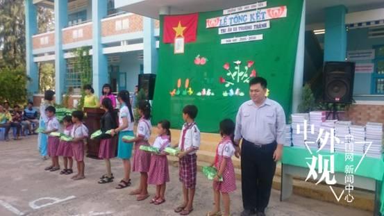 """2016年5月30日,在国际""""六一""""儿童节来临之际,越南永新一期电力有限公司代表到永新乡小学赠送学习用品"""