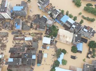 广州突降暴雨 轿车被淹几被没顶
