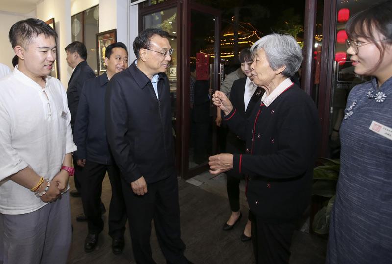"""李克强鼓励82岁""""绣娘"""":让优秀传统文化代代相传"""