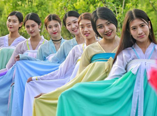 """女大学生着古装扮""""仙女""""拍毕业照"""