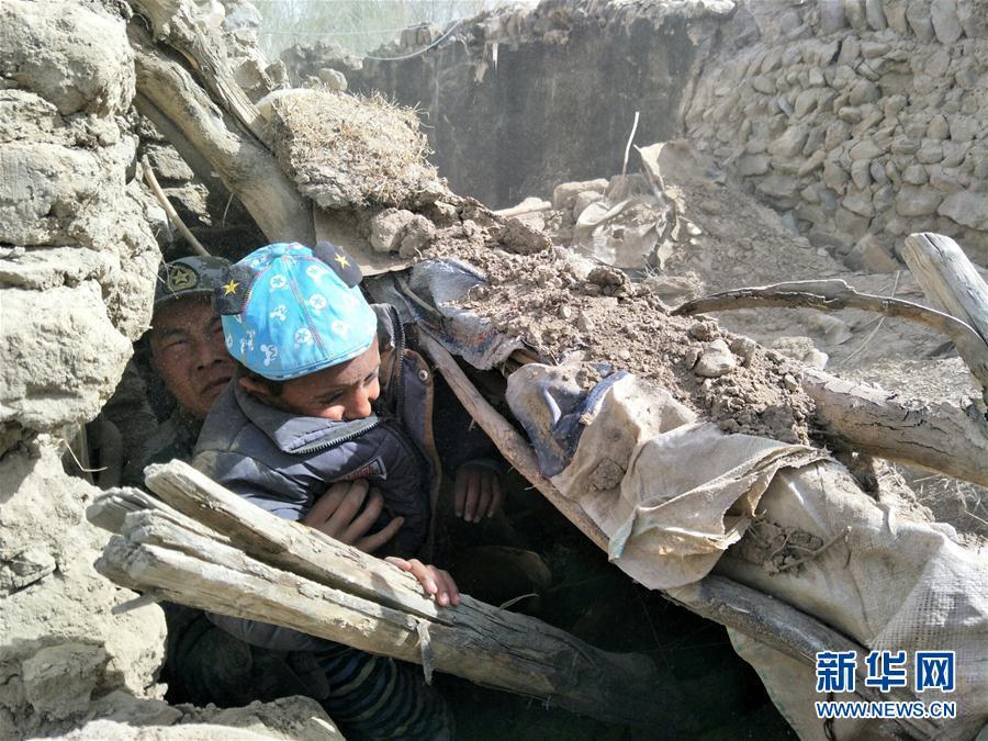 (突发事件后续)(1)解放军官兵从废墟中救出一名塔吉克族儿童