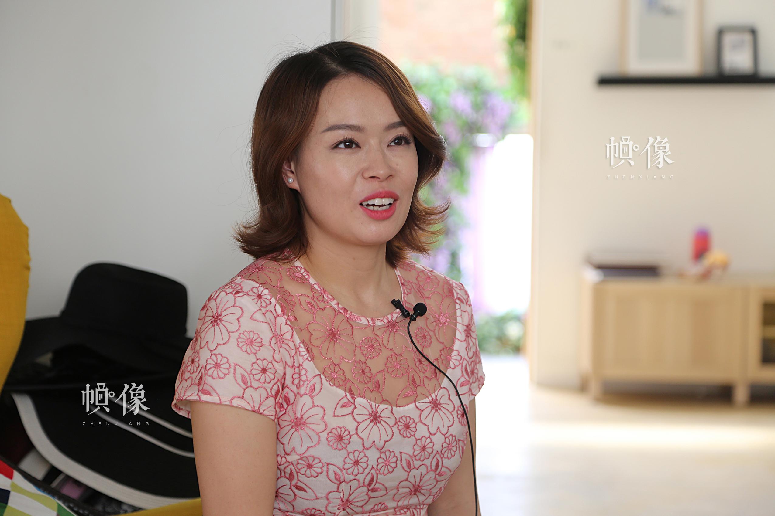 李春晓,陈旸的妻子,是一位自由化妆师和两个女儿的母亲。中国网记者王梦泽 摄