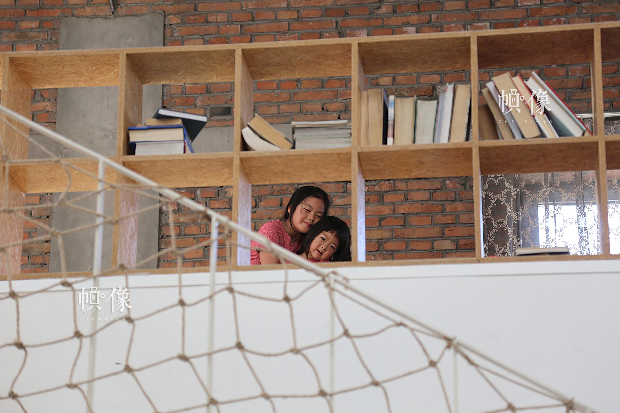 两个女儿关系特别亲近,总是形影不离。中国网记者黄富友 摄