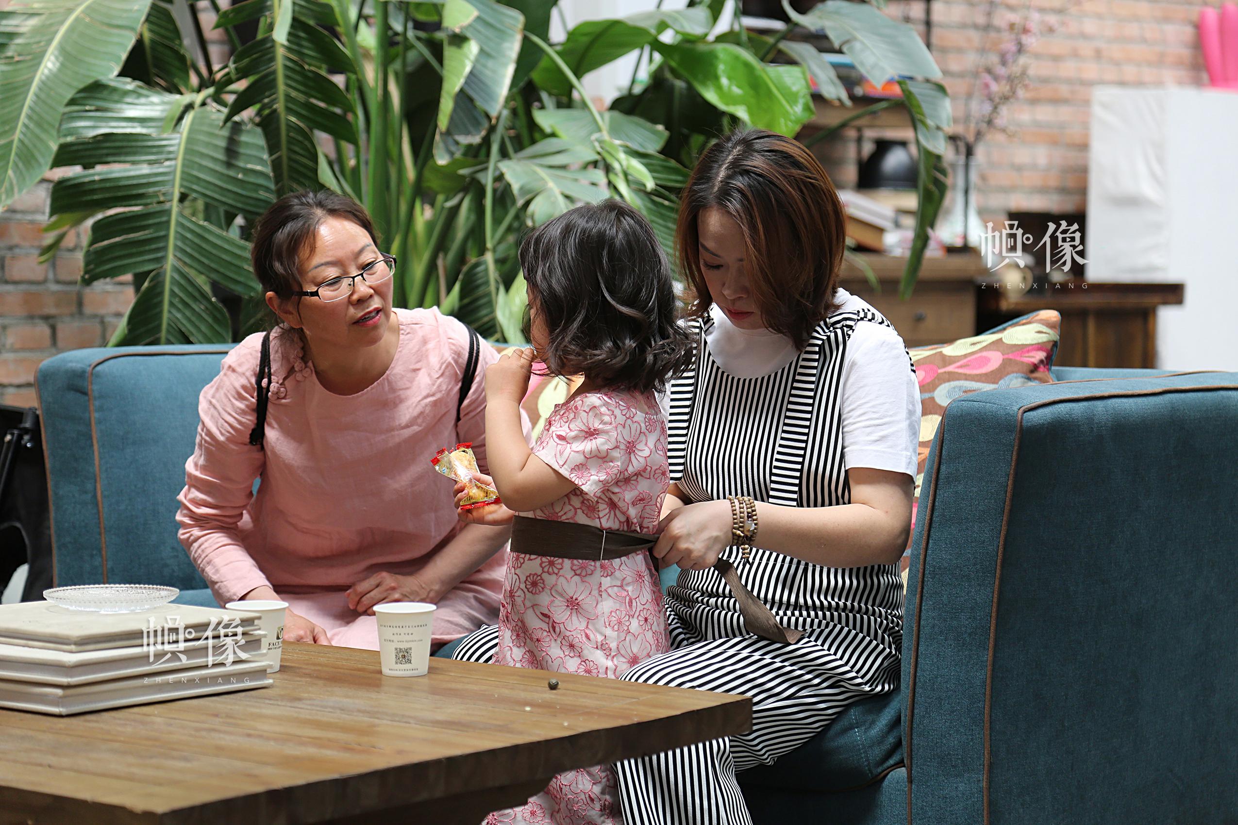 孙丽娟和李春晓正在照看孩子。中国网记者黄富友 摄