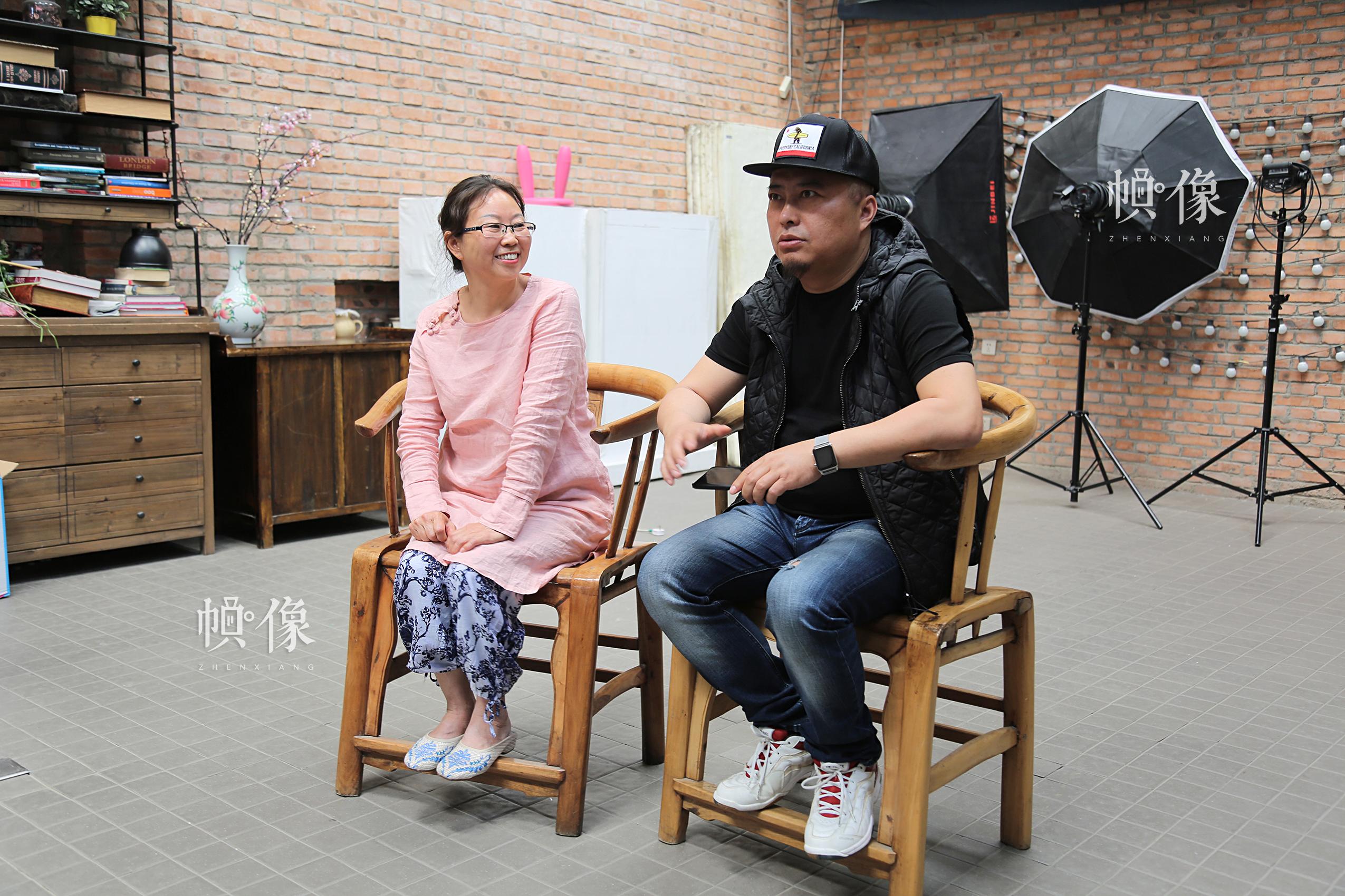 孙丽娟(图左)和陈旸(图右)正在FACE MEMO儿童摄影影棚接受中国网记者的采访。中国网记者黄富友 摄