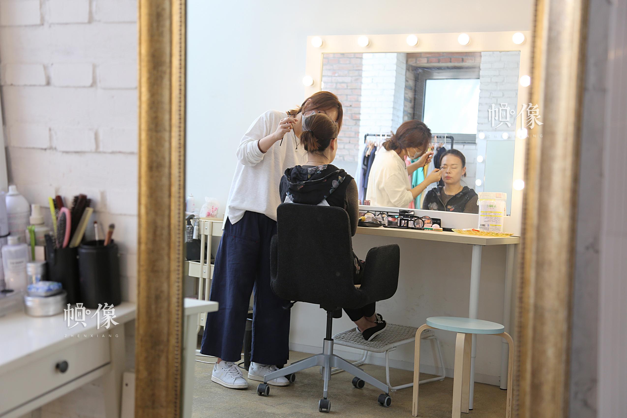 平日都是为别人化妆的李春晓,现在也成了别人化妆的对象。中国网记者黄富友 摄