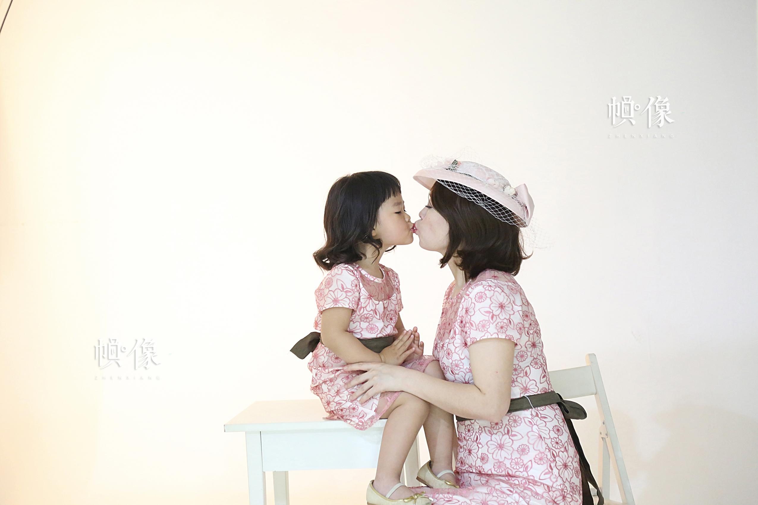 李春晓和女儿正在拍摄写真,留作纪念。中国网记者黄富友 摄