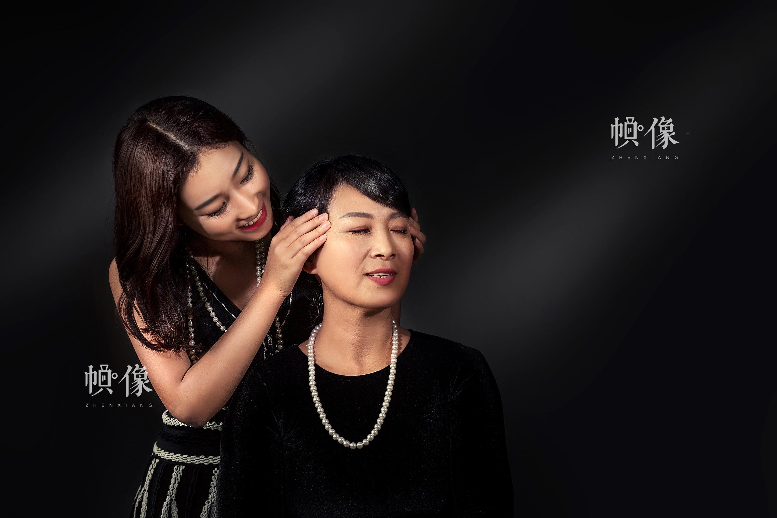 """一对母女参加了Face Memo儿童摄影在母亲节活动组织的""""爱要大声说出来""""的活动。Face Memo儿童摄影供图"""