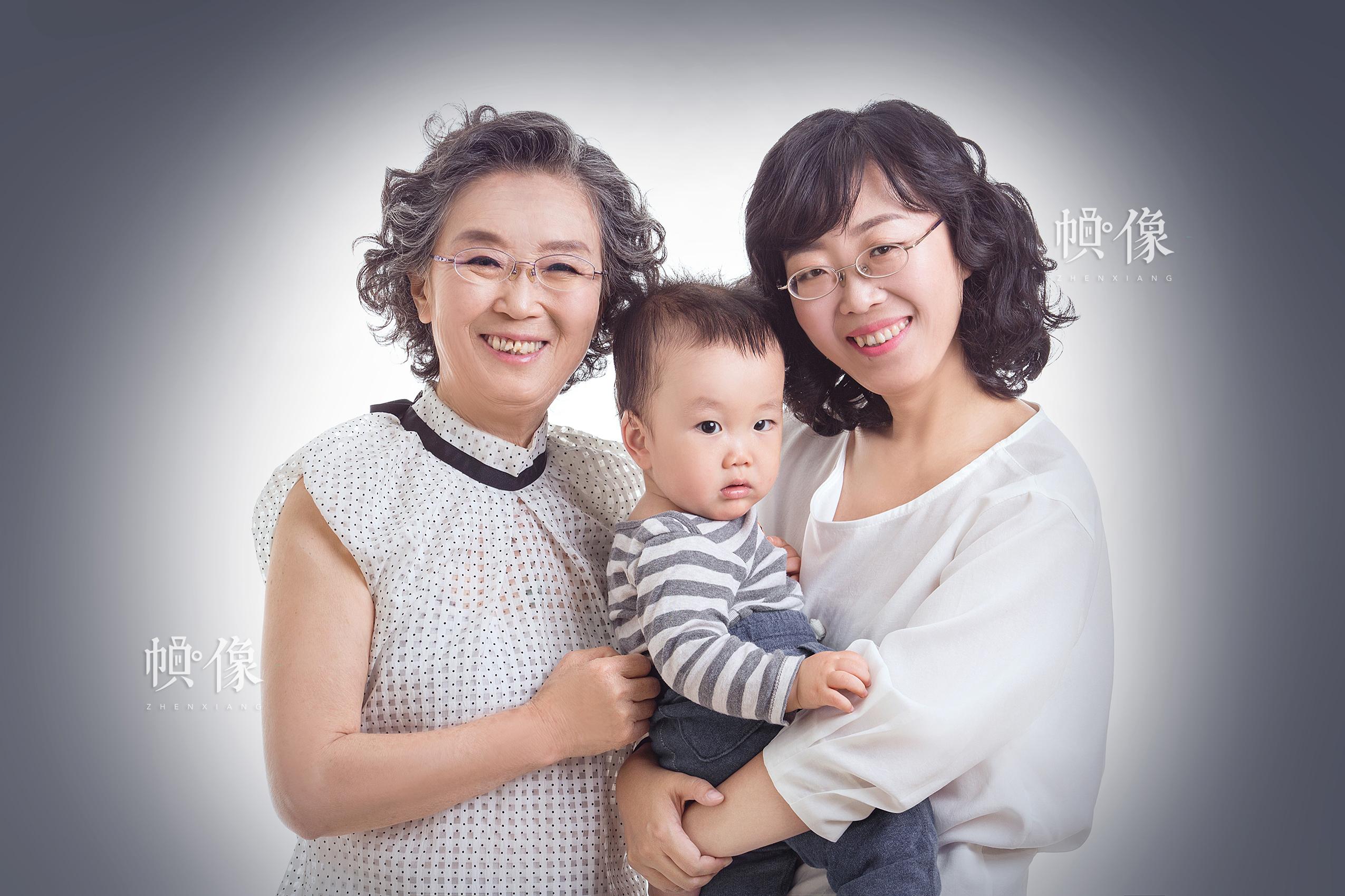 """一个三代人的家庭参加了Face Memo儿童摄影在母亲节活动组织的""""爱要大声说出来""""的活动。Face Memo儿童摄影供图"""