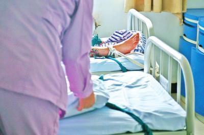 淫荡的女护士被病人干_精神病院护士日常:被病人打不生气 还得哄着他