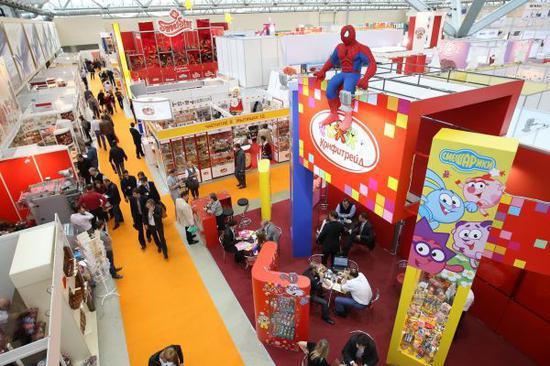 资料图片:人们在俄罗斯莫斯科国际食品和饮料展览会糖果展区参观。新华社记者鲁金博摄