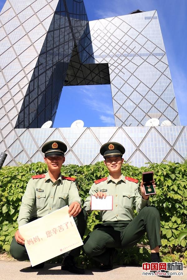 北京武警哨位上送出母亲节祝福