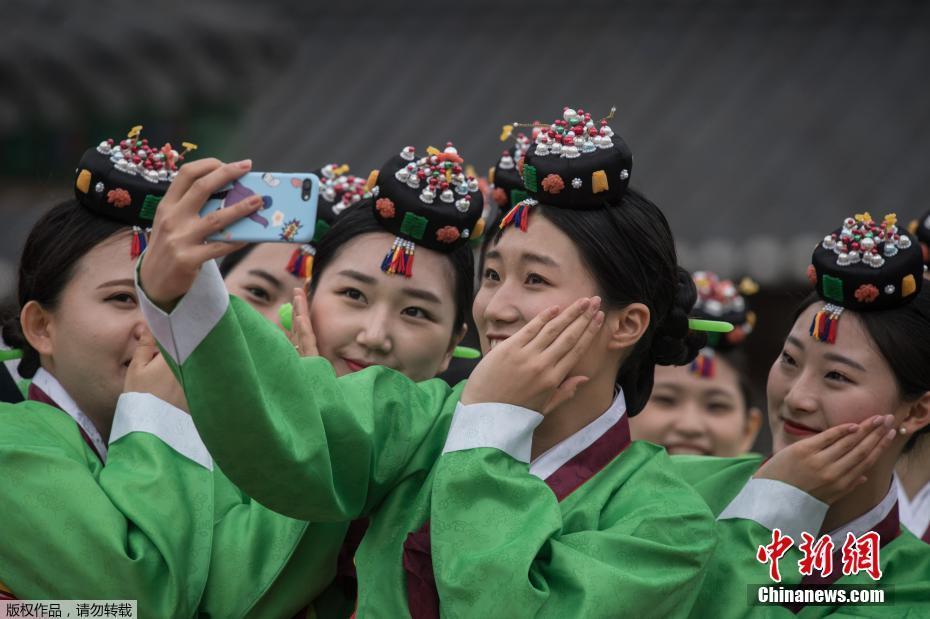 韩国少男少女盛装参加传统成人礼