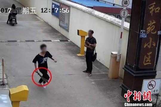 男子手持长刀当街挥舞 被回家警察夫妻制服