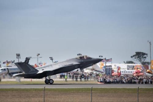 资料图:一架F-35战机着陆。