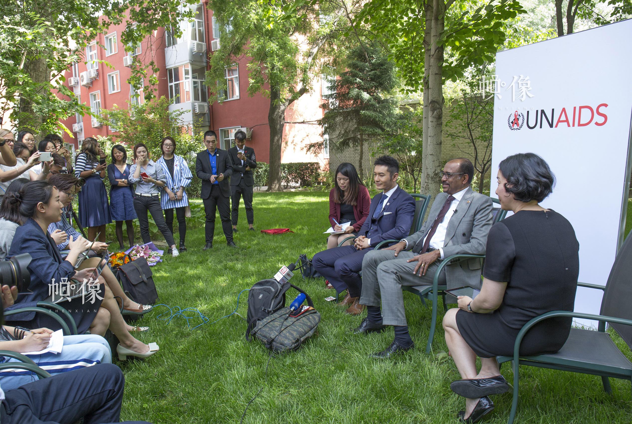 2017年5月12日,聯合國艾滋病規劃署執行主任米歇爾·西迪貝與聯合國艾滋病規劃署親善大使黃曉明在北京聯合國大院舉行媒體見面會。中國網記者 高南 攝