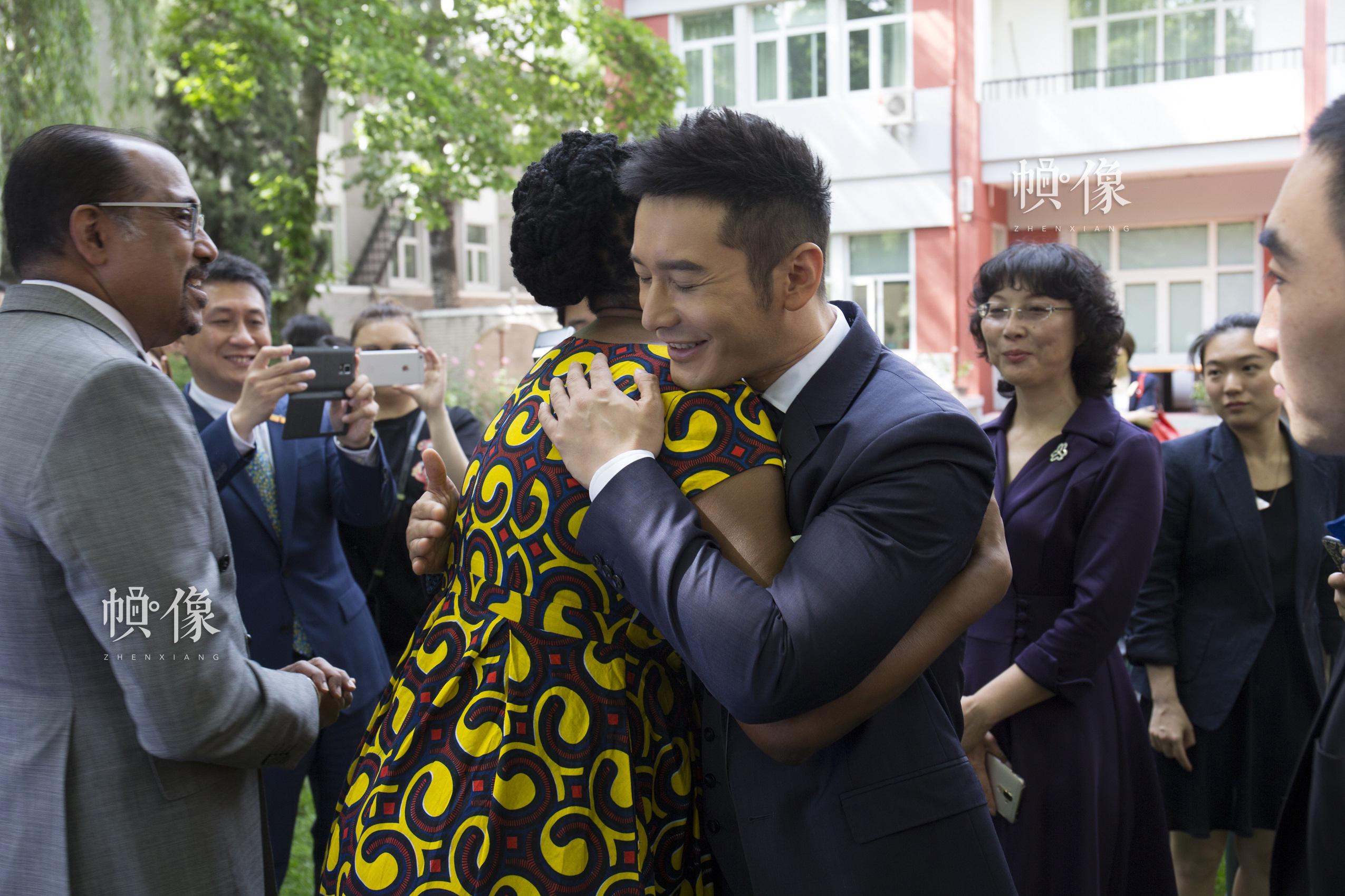 黃曉明與聯合國艾滋病規劃署駐華辦事處代表蘇凱琳博士擁抱告別。中國網記者 高南 攝