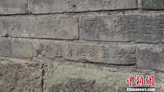 山西明代双塔被刻字 回应称已对文物进行监控覆盖