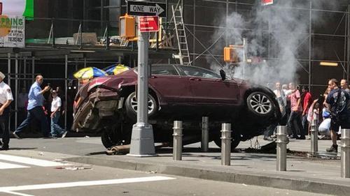 时代广场驾车撞人肇事司机为26岁男子有酒驾前科