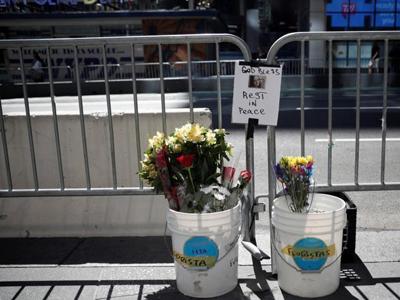 美国民众悼念纽约时报广场汽车撞人事件遇难者