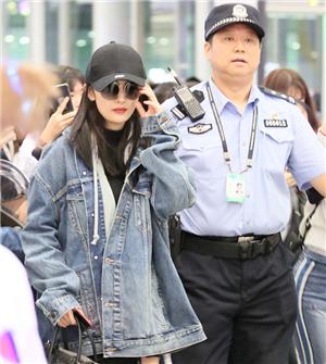 杨幂现身机场近百粉丝围堵 获安保队长亲自护送