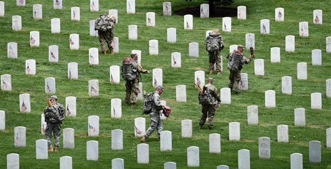 美国为阵亡将士插旗 迎接阵亡将士纪念日