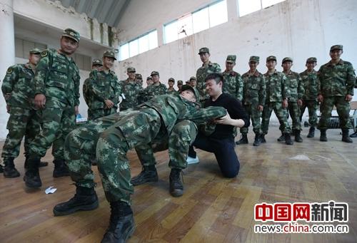 武警昆明市支队借驻地资源服务部队提升战斗力