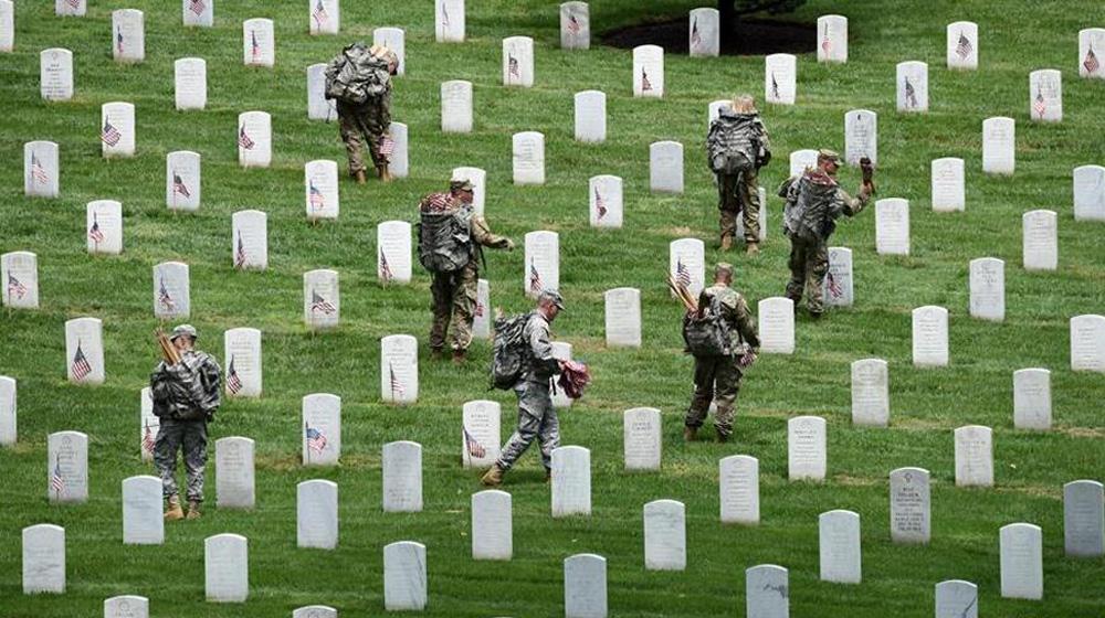 千余美軍士兵在阿靈頓國家公墓為陣亡將士插旗