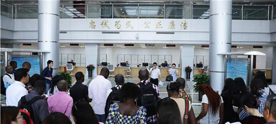 国内外媒体参观顺义分局外国人出入境服务大厅