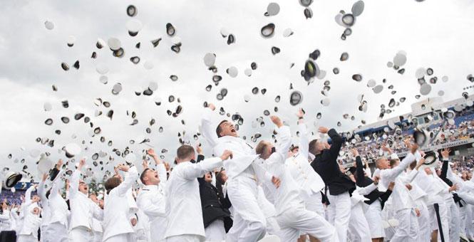 """美海军学院毕业典礼 """"小鲜肉""""集体抛帽场面壮观"""