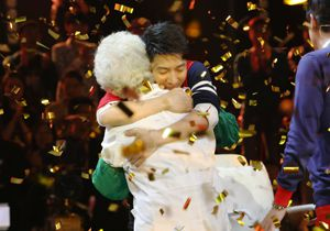 78岁理发师花式飙高音 撒贝宁现场洒泪