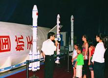 2001年妻子和孩子在科博会上参观宇宙飞船