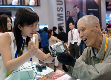 2005年,74岁的李春生老人体验一款新型摄录机