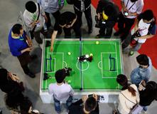 2014年,观众争看机器人踢足球