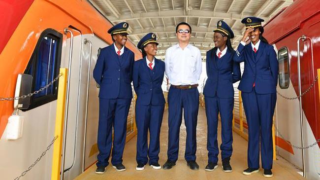 肯尼亚首批女火车司机亮相:中国师傅教我开火车