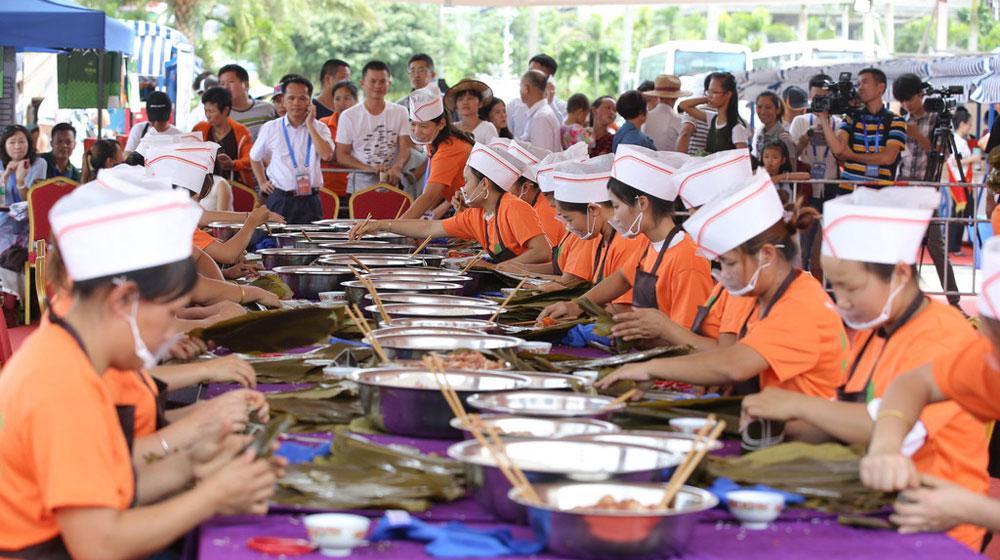 海南20名娘子1小时包631个粽子 端午节创吉尼斯世界纪录
