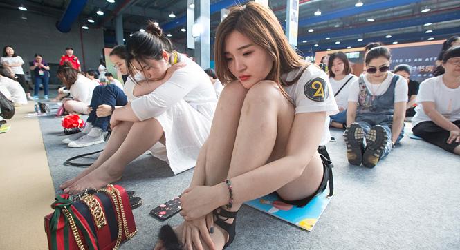 杭州'千人发呆'大赛 发呆美女大长腿吸睛