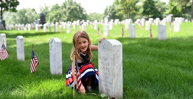 美民众前往阿灵顿国家公墓缅怀阵亡将士