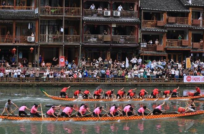 湖南凤凰:赛龙舟 过端午