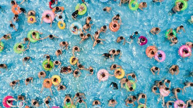 """南京气温""""震荡上扬"""" 民众泳池寻清凉"""