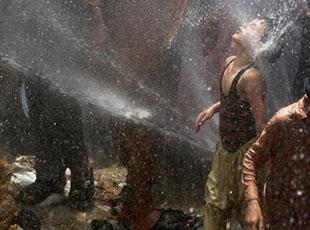 巴基斯坦热浪袭人 民众用水管喷水消暑降温