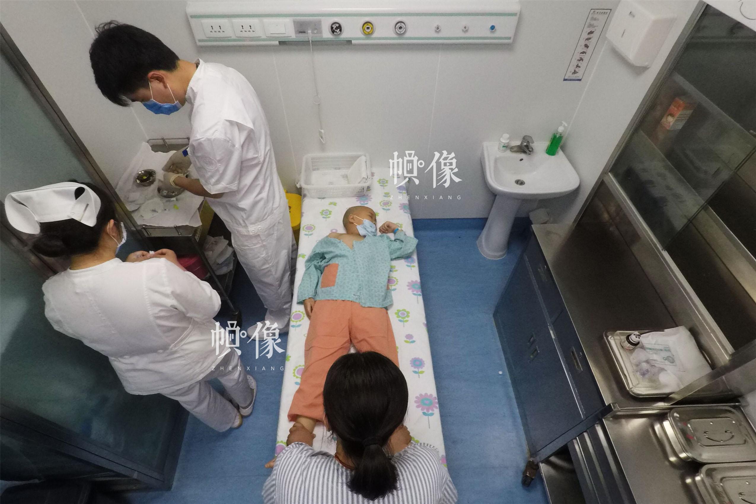 2017年5月24日,北京首都儿科研究所,男护士季长绪准备给白血病患儿天佑做检查。2017年4月28日,6岁的天佑被诊断为急性淋巴细胞白血病。白血病已成为危害儿童健康的重大疾病之一。目前中国每10万人中就有4-6人患有白血病,每年新增约4万名白血病患者,其中40%是儿童,并以2-7岁居多。中国网记者 陈维松 摄