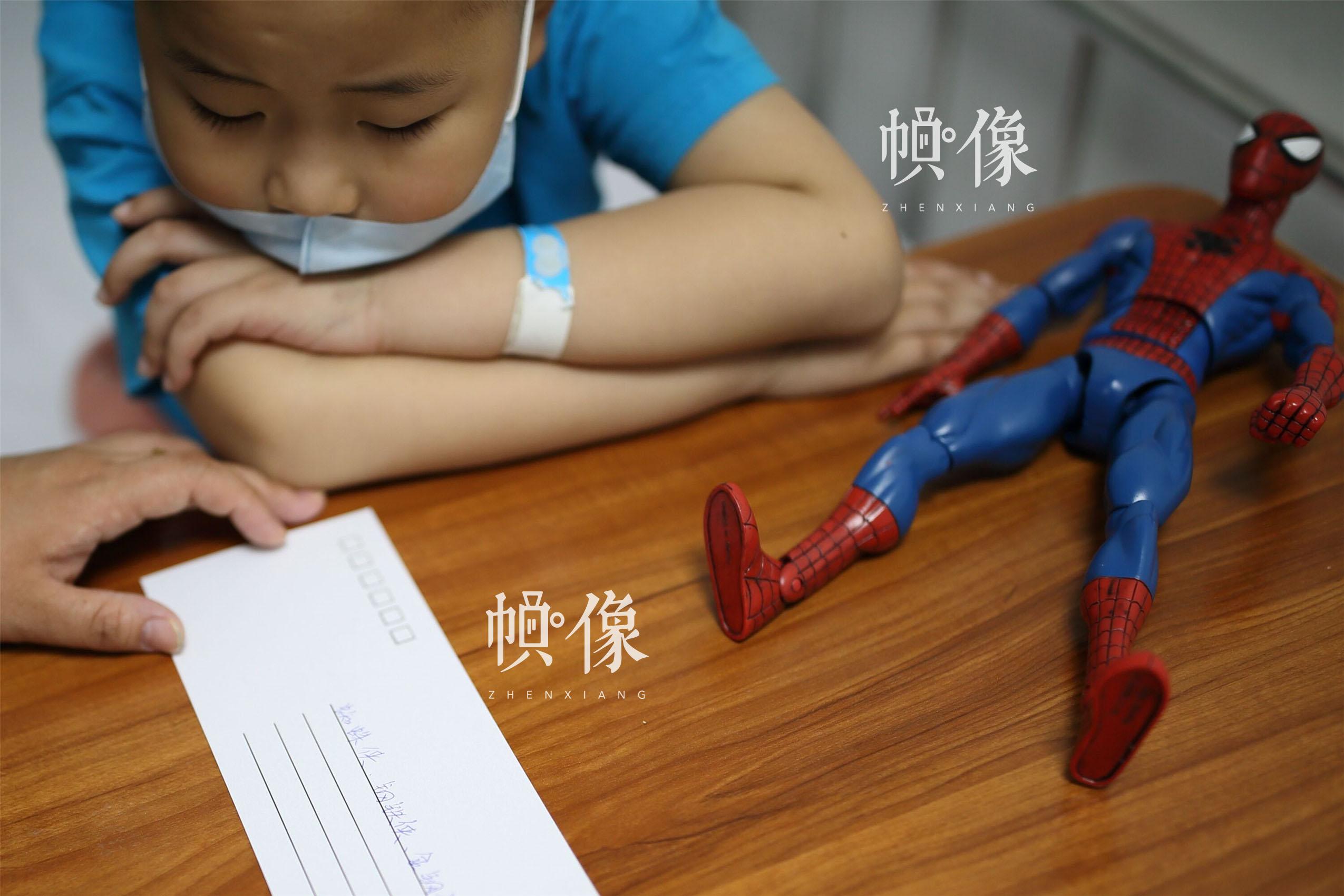 2017年5月24日,北京首都儿科研究所,当问到自己心中的英雄时,天佑说自己除了蜘蛛侠,还喜欢钢铁侠和金刚狼。中国网记者 陈维松 摄
