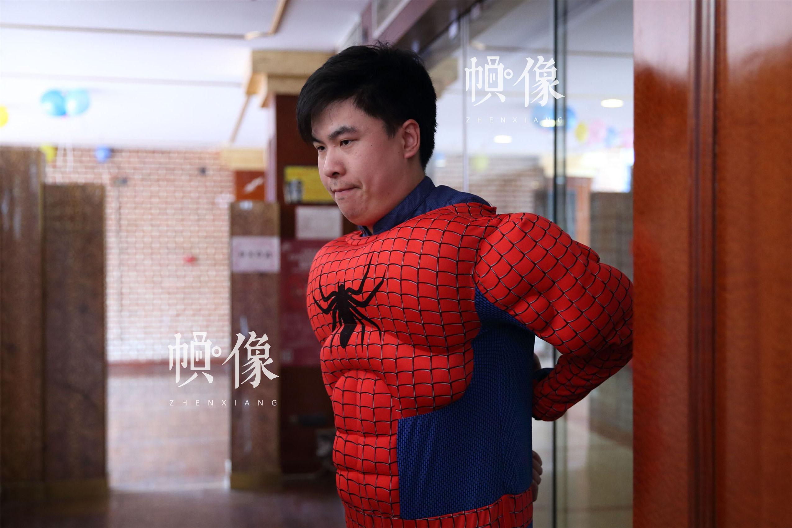 """2017年5月26日,北京首都儿科研究所,男护士季长绪扮演""""蜘蛛侠""""。季长绪是首儿所医院手术室的第一批男护士之一,已成为手术室的技术骨干。当天,医院为白血病患儿举办了""""你是我的英雄""""儿童节公益活动。中国网记者 陈维松 摄"""