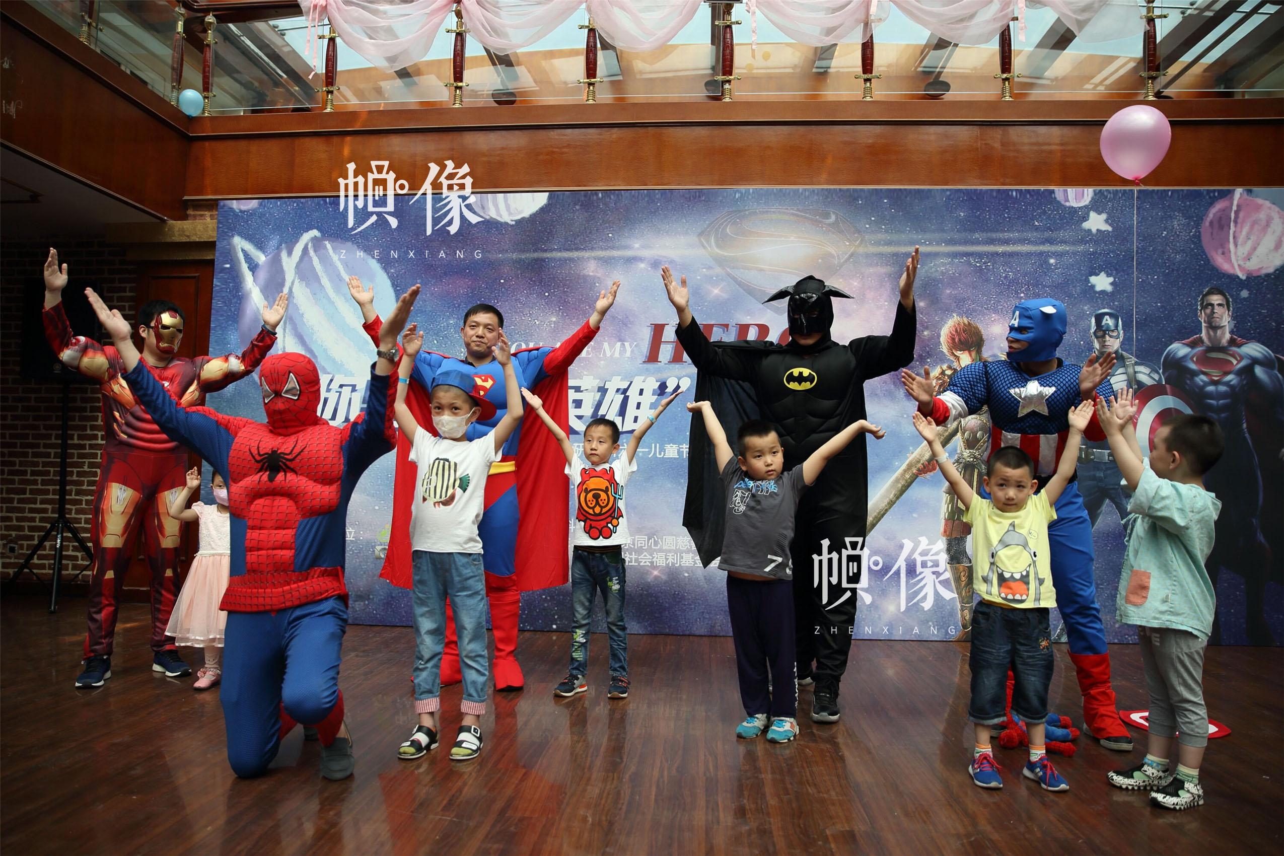 """2017年5月26日,北京首都儿科研究所,男护士季长绪扮演的""""蜘蛛侠""""和众""""动漫英雄""""与医院住院患儿一起演出。天佑因治疗难受,没法到活动现场,这让准备给天佑一个惊喜的季长绪感到很遗憾。中国网记者 陈维松 摄"""