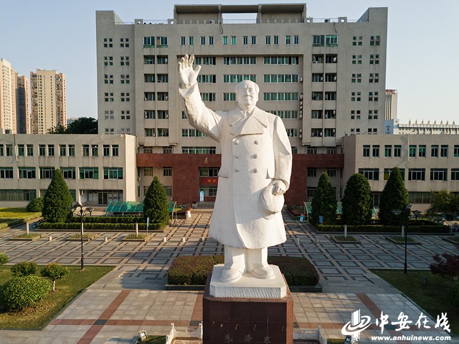 安徽医科大学梅山路校区毛主席雕像