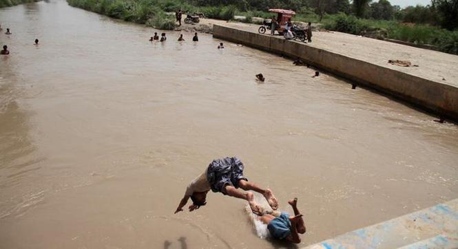 巴基斯坦热浪袭来 人们跳入河中避暑