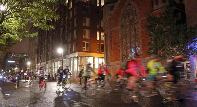 加拿大蒙特利尔万人夜骑单车 庆祝建城375周年